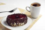 Ciasto czekoladowe z galaretką wiśniową i kawą