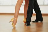 Piękne kobiece i męskie nogi w aktywnym tańcu towarzyskim,