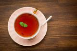 Odgórny widok herbata z mennicą na drewnianym tle