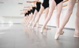 młode tancerki ballerinas w klasie tańca klasycznego, balet