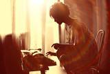 dziewczyna pisania na maszynie do pisania