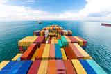 Statki towarowe wchodzące do jednego z najbardziej ruchliwych portów na świecie w Singapurze
