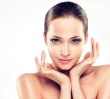 Piękna młoda kobieta z czystą świeżą skórą z bliska