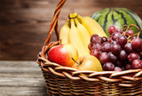 Kosz pełen świeżych owoców
