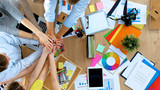 Biznes drużyna z rękami wpólnie - prac zespołowych pojęcia