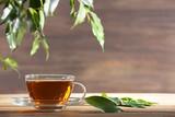 Filiżanka zielona herbata na stole na drewnianym tle