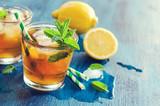 Świeża mrożona herbata z miętą, lodem i cytrynami, orzeźwiający napój,