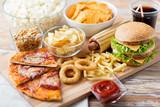 bliska fast food przekąski i pić na stole