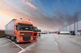 Ciężarówka w magazynie - Transport ładunków