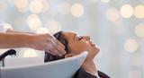 szczęśliwa młoda kobieta o salonie do mycia włosów