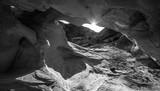 Słońce zerkające zza łuku Czarno-biała Abstrakcja Rock F