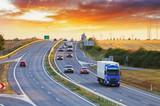 Transport drogowy z samochodami i ciężarówką