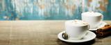 Dwie filiżanki kawy na stole