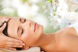 piękna kobieta w salonie spa o masaż twarzy