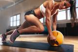 Mięśniowa kobieta robi intensywnemu sedno treningowi w gym