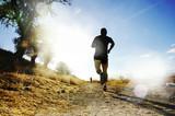 Sylwetka młodego sporta mężczyzna biega z drogowej krzyż kraju rywalizaci przy lato zmierzchem