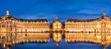 Miejsce la Bourse w Bordeaux, lustro wody w nocy, Francja