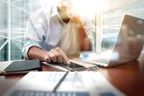 dokumenty biznesowe na stole biurowym z inteligentnego telefonu i cyfrowego