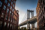 Manhattan most widzieć od wąskiej alei ogradzającej dwa ceglanymi budynkami na słonecznym dniu w lecie