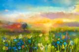 Obraz olejny kwiaty mniszka lekarskiego, chaber, stokrotka w polach. Zmierzch łąki krajobraz z wildflower, wzgórzem i niebem w, pomarańczowym i błękitnym koloru tle. Ręcznie malowany letni kwiatowy styl impresjonistyczny