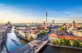 Berlińska linii horyzontu panorama z TV wierza i bomblowanie rzeką przy zmierzchem, Niemcy