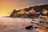 Castiglioncello zmierzch na falezy morzu i skale. Toskania, Włochy.
