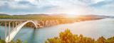 Sceniczny widok bridżowy prowadzić stary miasteczko Sibenik w Chorwacja