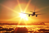 Samolot startuje o zachodzie słońca