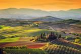 Tuscany krajobraz przy wschodem słońca. Dom w Toskanii, winnica, wzgórza.