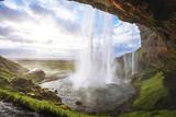 piękny wodospad o zachodzie słońca