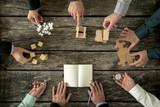 Osiem biznesmenów planujących strategię rozwoju biznesu