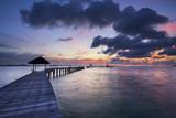 Piękni kolory niebo i chmury podczas wschodu słońca i sylwetka most przy Rayong uciekamy się, Rayong prowincja w Tajlandia