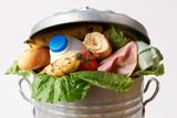 Świeża żywność W śmieci puszce Ilustrować odpady
