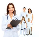kobieta lekarz rodzinny na tle szczęśliwej rodziny