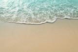 Piaszczysta plaża i fala morza