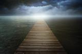 Ciemny cloudscape nad surrealistycznym jeziorem