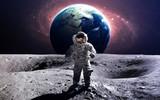 Dzielny astronauta na spacerze kosmicznym na księżycu. Ten obraz elementy dostarczone przez NASA.