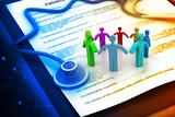 Ludzie z formularza roszczenia o ubezpieczenie medyczne i zdrowotne i stetoskop