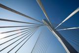 Cudowna biała most struktura nad jasnym niebieskim niebem