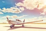 Śmigłowy samolot parking na lotnisku.