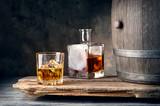 Szklanka whisky z karafką lodową i beczką