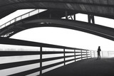 Mężczyzna pozycja pod łuku mosta