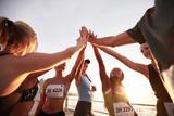 Grupa sportowców wysoki fiving po wyścigu