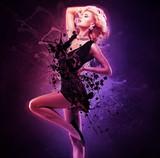 Piękny dziewczyna tancerz w czerni sukni w kreatywnie pozie nad sztuką