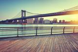 Manhattan Bridge Nad East River o zachodzie słońca
