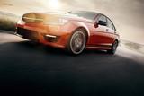 Czerwony samochód sportowy Szybka prędkość jazdy na asfaltowej drodze