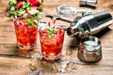 Czerwony napój z lodem. Koktajl robi prętowym narzędziom