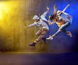 Stylowe tancerze tańczące w betonowej przestrzeni