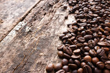 ziarna kawy na drewniane tła