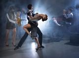 Para tańca tańcząca taniec towarzyski na dźwięk zespołu na żywo